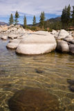Las rocas lisas despejan el puerto de la arena del lago Tahoe del agua Imágenes de archivo libres de regalías