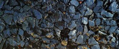 Las rocas mojadas y el fondo de piedra de la textura fotos de archivo