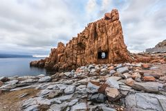 Las rocas rojas llamaron el ` de Rocce Rosse del ` de Arbatax con el ` de la ventana del `, Cerdeña, Italia fotografía de archivo libre de regalías