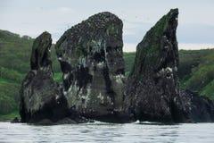 Las rocas se nombran 'tres hermanos ', cerca de la costa del Océano Pacífico imagenes de archivo