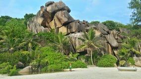 Las rocas sechchellen la playa Imagenes de archivo