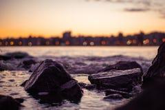 Las rocas ven en la puesta del sol fotografía de archivo libre de regalías