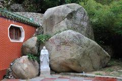 Las rocas y la estatua del chino Dongmingsi Imágenes de archivo libres de regalías