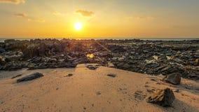 Las rocas y la playa arenosa destaparon en marea baja con los barcos Foto de archivo libre de regalías
