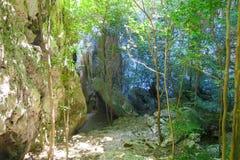 Las rocas y los árboles cerca del Phraya Nakhon excavan Fotografía de archivo