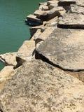 Las rocas y los paisajes al aire libre del agua se dignan Imágenes de archivo libres de regalías