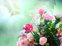 Las rosas artificiales florecen el arreglo del ramo contra la falta de definición verde Imagen de archivo