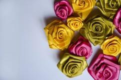 Las rosas de la decoración de cintas de satén Fotos de archivo libres de regalías