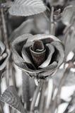 Las rosas de las flores hechas del hierro para el amor son duras Fotos de archivo libres de regalías