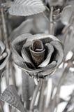 Las rosas de las flores hechas del hierro para el amor son duras Fotos de archivo