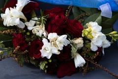 Las rosas en una guirnalda Fotos de archivo libres de regalías