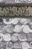 Las rosas grises claras de la cinta hermosa con la pequeña correa de los elefantes diseñan Foto de archivo