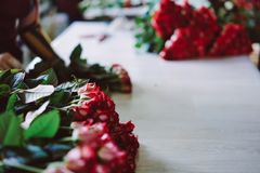 Las rosas rojas del corte fresco mienten en la tabla Fotografía de archivo libre de regalías