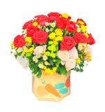 Las rosas rojas y blancas florecen el ramo y el tulipán amarillo en el cubo i Imagen de archivo libre de regalías