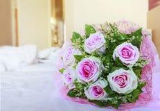 Las rosas rosadas de la tarjeta del día de San Valentín florecen el ramo en la cama blanca con la copia s Foto de archivo libre de regalías