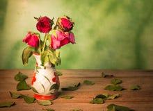 Las rosas se marchitan amor perdidas Foto de archivo