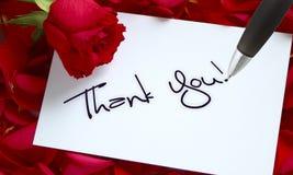 Las rosas y la carta, callligraphy le agradecen Fotos de archivo