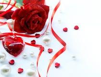 Las rosas y la joyería rojas del día de tarjetas del día de San Valentín oyen Foto de archivo