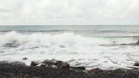 Las roturas de la onda contra las rocas reducen el MES metrajes
