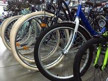 Las ruedas de bicicleta se cierran para arriba en tienda de la bici, diversos ciclos del deporte, montaña y las bicis del paseo,  fotografía de archivo libre de regalías