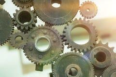 Las ruedas de engranaje viejas están montadas en un mecanismo del movimiento, los detalles del rompecabezas foto de archivo libre de regalías