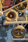 Las ruedas de la carretilla cercanas suben Imagen de archivo libre de regalías