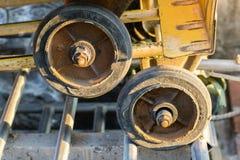 Las ruedas de la carretilla cercanas suben Fotografía de archivo libre de regalías