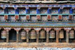 Las ruedas de rezo fueron instaladas en el patio de un templo (Bhután) Imagen de archivo libre de regalías