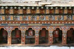 Las ruedas de rezo fueron instaladas en el patio de un templo budista en el campo cerca de Paro (Bhután) Fotografía de archivo libre de regalías