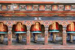 Las ruedas de rezo fueron instaladas en el patio de un templo budista en Paro (Bhután) Imágenes de archivo libres de regalías