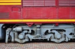 Las ruedas de un tren eléctrico ruso moderno con los amortiguadores de choque y los sistemas de frenado El lado del Ca Fotos de archivo libres de regalías