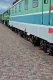 Las ruedas de un tren eléctrico ruso moderno con los amortiguadores de choque y los sistemas de frenado El lado del Ca Imagen de archivo