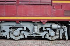 Las ruedas de un tren eléctrico ruso moderno con los amortiguadores de choque y los sistemas de frenado El lado del Ca Imagen de archivo libre de regalías