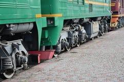Las ruedas de un tren eléctrico ruso moderno con los amortiguadores de choque y los sistemas de frenado El lado del Ca Fotografía de archivo libre de regalías