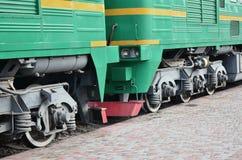 Las ruedas de un tren eléctrico ruso moderno con los amortiguadores de choque y los sistemas de frenado El lado del Ca Fotos de archivo