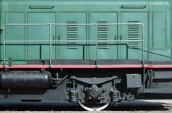Las ruedas de un tren eléctrico ruso moderno con los amortiguadores de choque y los sistemas de frenado El lado del Ca Fotografía de archivo