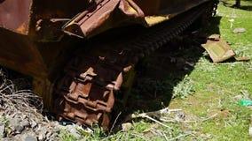 Las ruedas del camino y las pistas de un tanque almacen de video