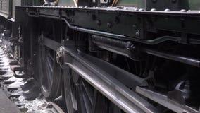 Las ruedas del motor de vapor se mueven lentamente en las pistas que hacen girar 4K