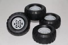 Las ruedas se quitan del coche, las ruedas son juguete de goma imagen de archivo