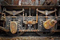 Las ruedas viejas de la locomotora de vapor del Grunge se cierran para arriba Fotografía de archivo libre de regalías
