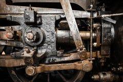 Las ruedas viejas de la locomotora de vapor del Grunge se cierran para arriba Foto de archivo libre de regalías