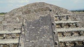 Las ruinas antiguas de la pirámide maya durante la restauración imágenes del tiro lleno 4K de las cabezas de la piedra almacen de metraje de vídeo