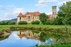Las ruinas de Banffy se escudan del pueblo de Bontida, cerca de Cluj Napoca, Transilvania, Rumania fotografía de archivo