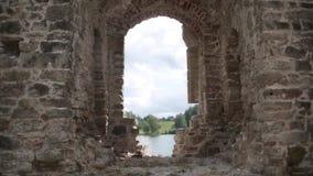 Las ruinas de la fortaleza vieja se escudan en Letonia almacen de metraje de vídeo