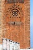 Las ruinas de la mezquita vieja y del Hassan se elevan Fotos de archivo libres de regalías