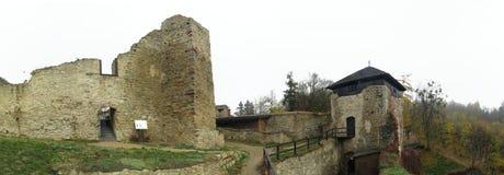 Las ruinas de Lukov en las colinas vrchy de Hostynske acercan a la ciudad Zlin Imagen de archivo libre de regalías