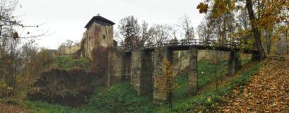 Las ruinas de Lukov en las colinas vrchy de Hostynske acercan a la ciudad Zlin Foto de archivo