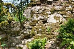Las ruinas de las paredes de piedra de la fortaleza antigua imagenes de archivo