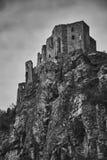 Las ruinas de Strecno medieval se escudan cerca de Zilina en Eslovaquia adentro fotos de archivo libres de regalías