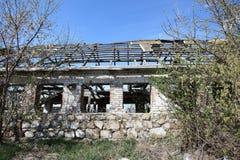 Las ruinas de un edificio de ladrillo Foto de archivo